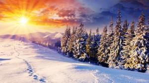 montagne-enneigee-et-couche-de-soleil